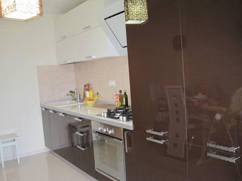 Кухня з фасададами з акрилового пластику