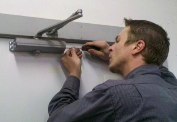 Який ремонт доводчиків вхідних дверей можна виконати самостійно