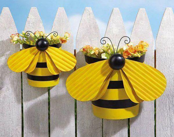 Простий сірий паркан – це нудно. Прикрасити його можна ось такими жовтими симпатичними бджілками - горщиками