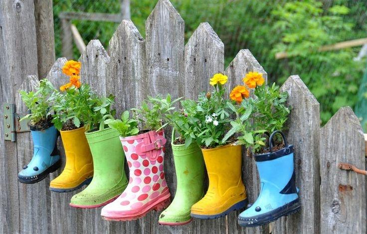 Можна зібрати чобітки, з яких ваші діти вже виросли, і перетворити їх у веселу сімейку висячих клумб на паркані