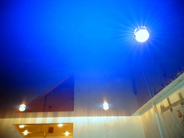 Натяжной потолок темно-синего цвета
