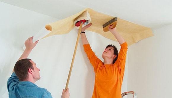 как поклеить виниловые обои на флизелиновой основе на потолок
