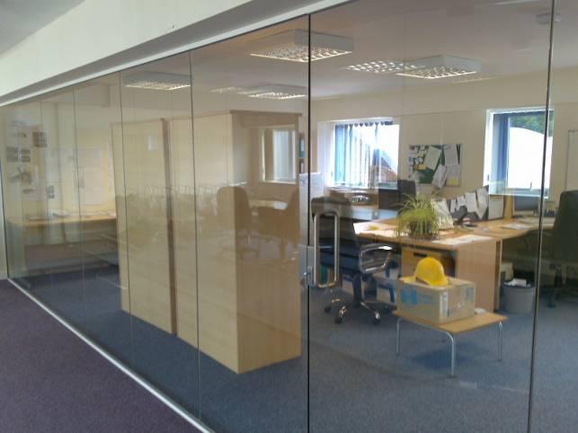 Перегородка из стекла в интерьере офиса