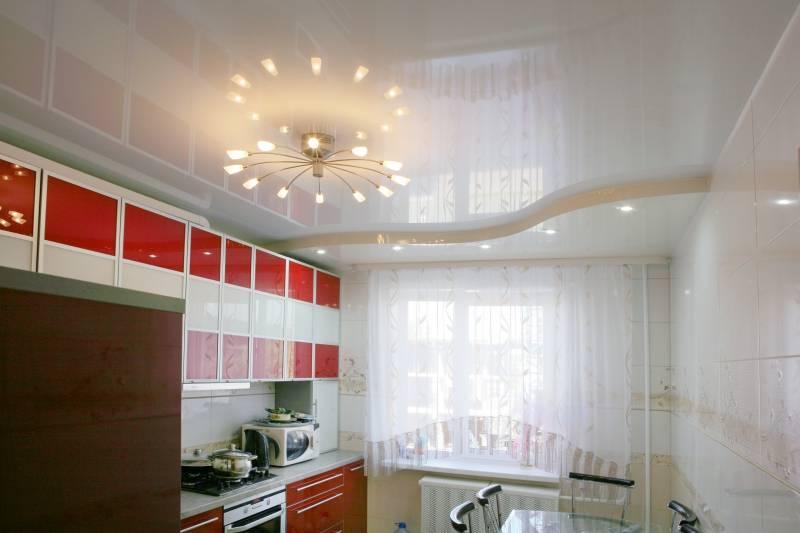 Глянцевый волнообразный натяжной потолок