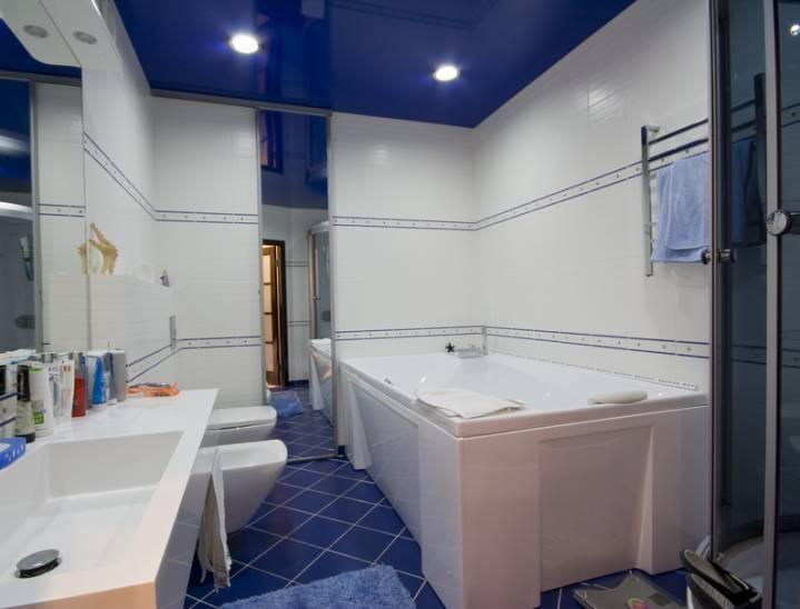 Переваги використання натяжної стелі в інтер'єрі ванної