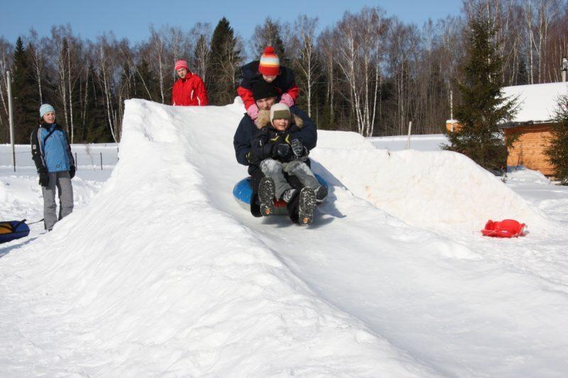 Як зробити зимову гірку зі снігу