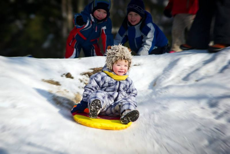 Як зробити зимову гірку зі снігу на дачній ділянці