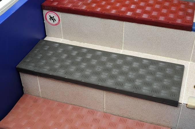 Накладки резиновые на ступени лестницы