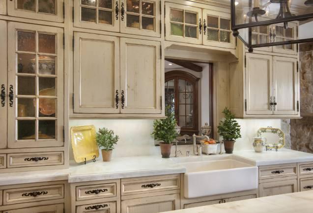 Искусственно состаренные фасады кухни