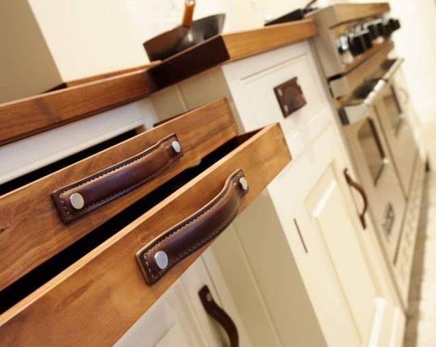 Кожаные элементы в оформлении кухонной мебели