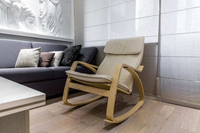 Как выбрать кресло-качалку для гостиной