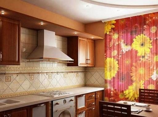 вертикальные жалюзи с ярким крупным цветочным принтом на кухне